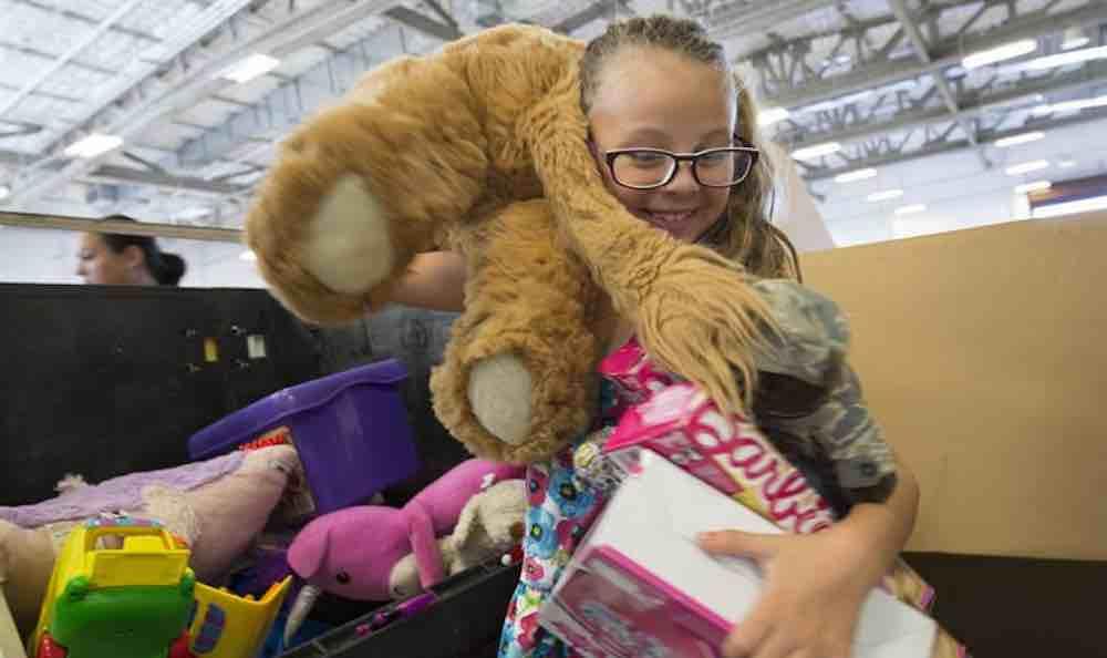 Há 10 anos americano compra toda sessão infantil de loja para dar de presente de natal para as crianças 1