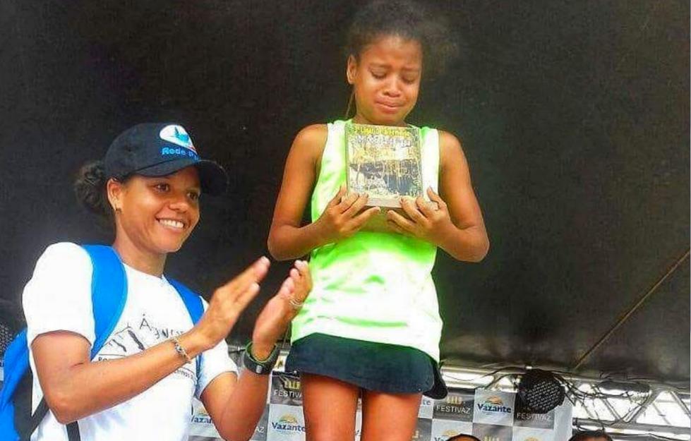 Maratonista dá seu troféu para garota de 11 anos que participou de competição por puro amor 3