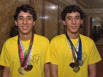 Gêmeos que já ganharam 62 medalhas de matemática ganham bolsa de estudo 10