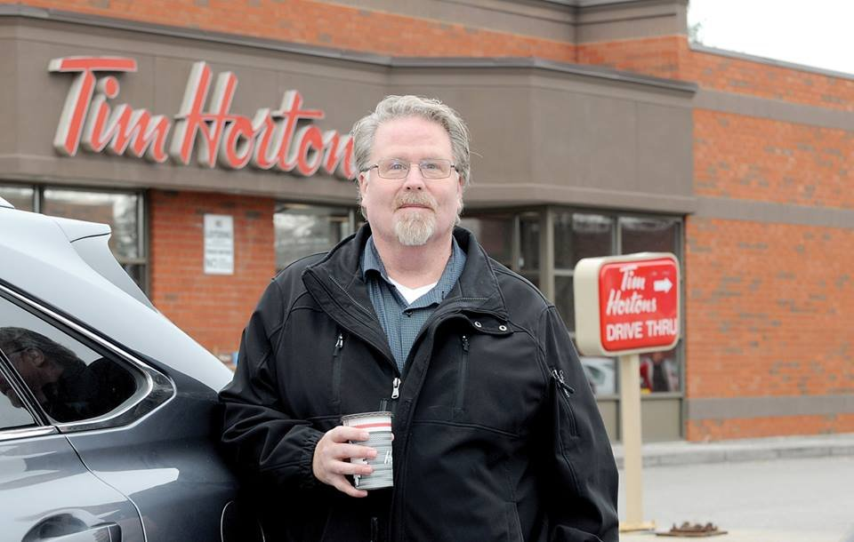 Homem que paga café para quem está atrás dele na fila salva vida de desconhecido 2