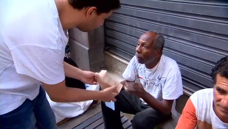 Médico vai além do hospital e atende população de rua em SP 4