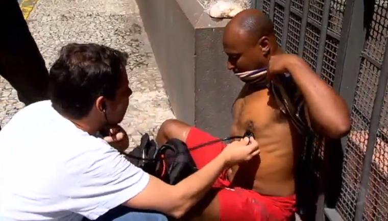 Médico vai além do hospital e atende população de rua em SP 1