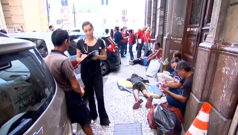 Médico vai além do hospital e atende população de rua em SP 2