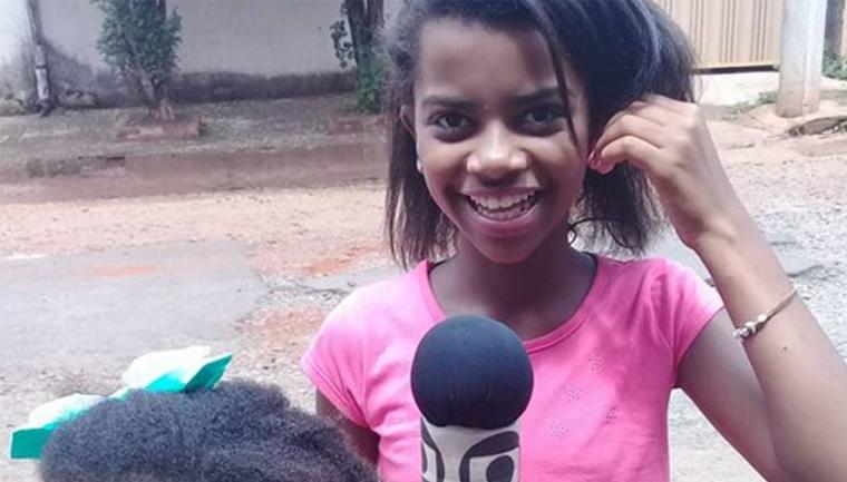 Repórter mirim denuncia ruas esburacadas com um microfone de isopor e um celular 1