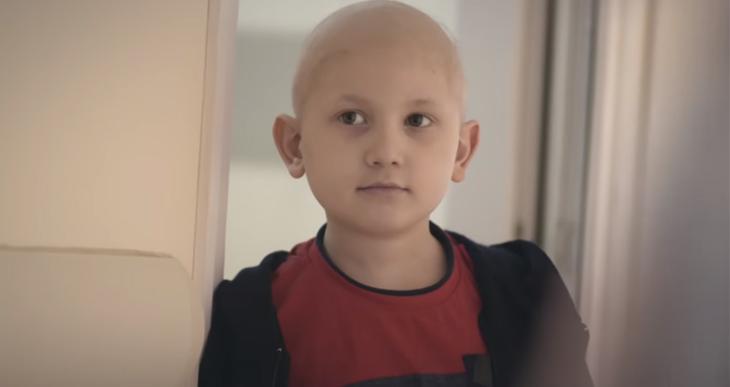 Papai Noel visita crianças com câncer e também fica careca para mostrar que é igual a elas 4