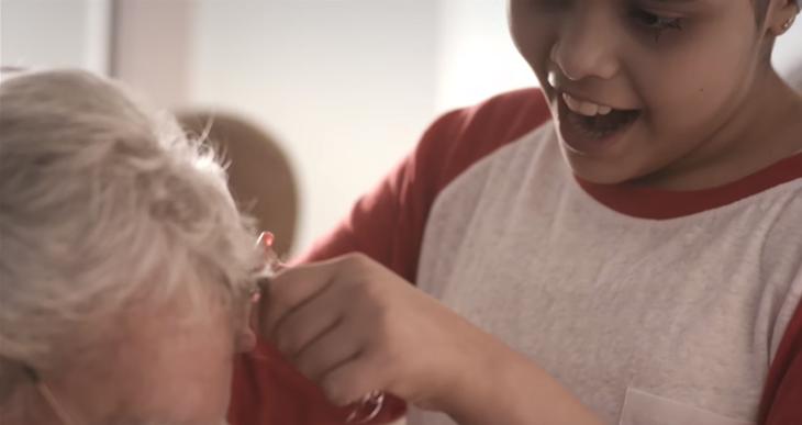Papai Noel visita crianças com câncer e também fica careca para mostrar que é igual a elas 5