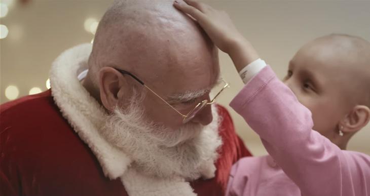 Papai Noel visita crianças com câncer e também fica careca para mostrar que é igual a elas 7