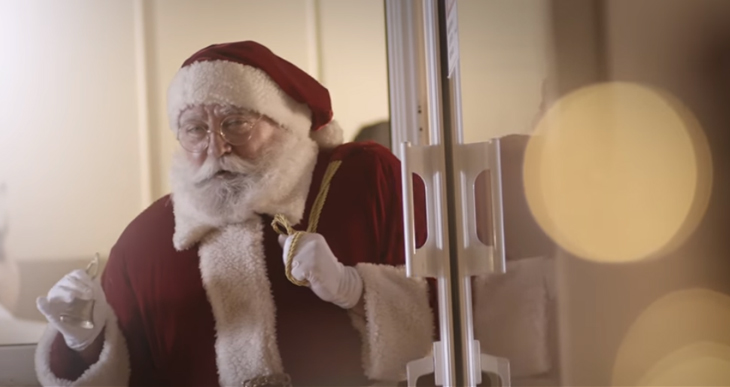 Papai Noel visita crianças com câncer e também fica careca para mostrar que é igual a elas 1