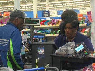 Funcionária do Walmart salva Natal de senhor que sofreu um golpe 2