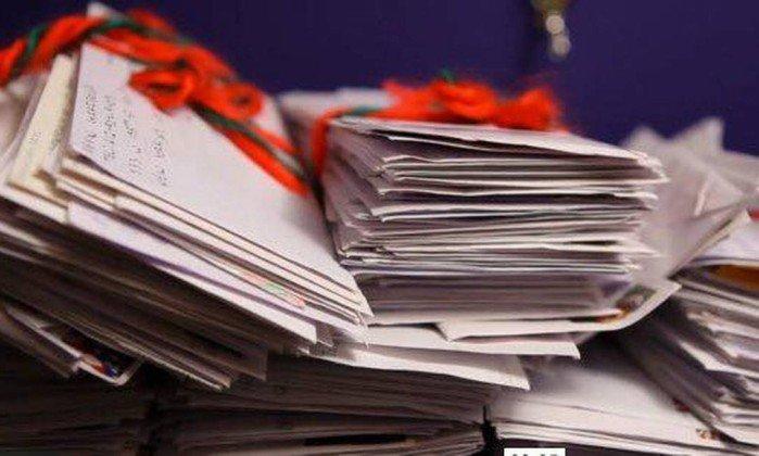 Por engano, casal recebe centenas de cartas para Papai Noel e não só responde como manda presentes 1