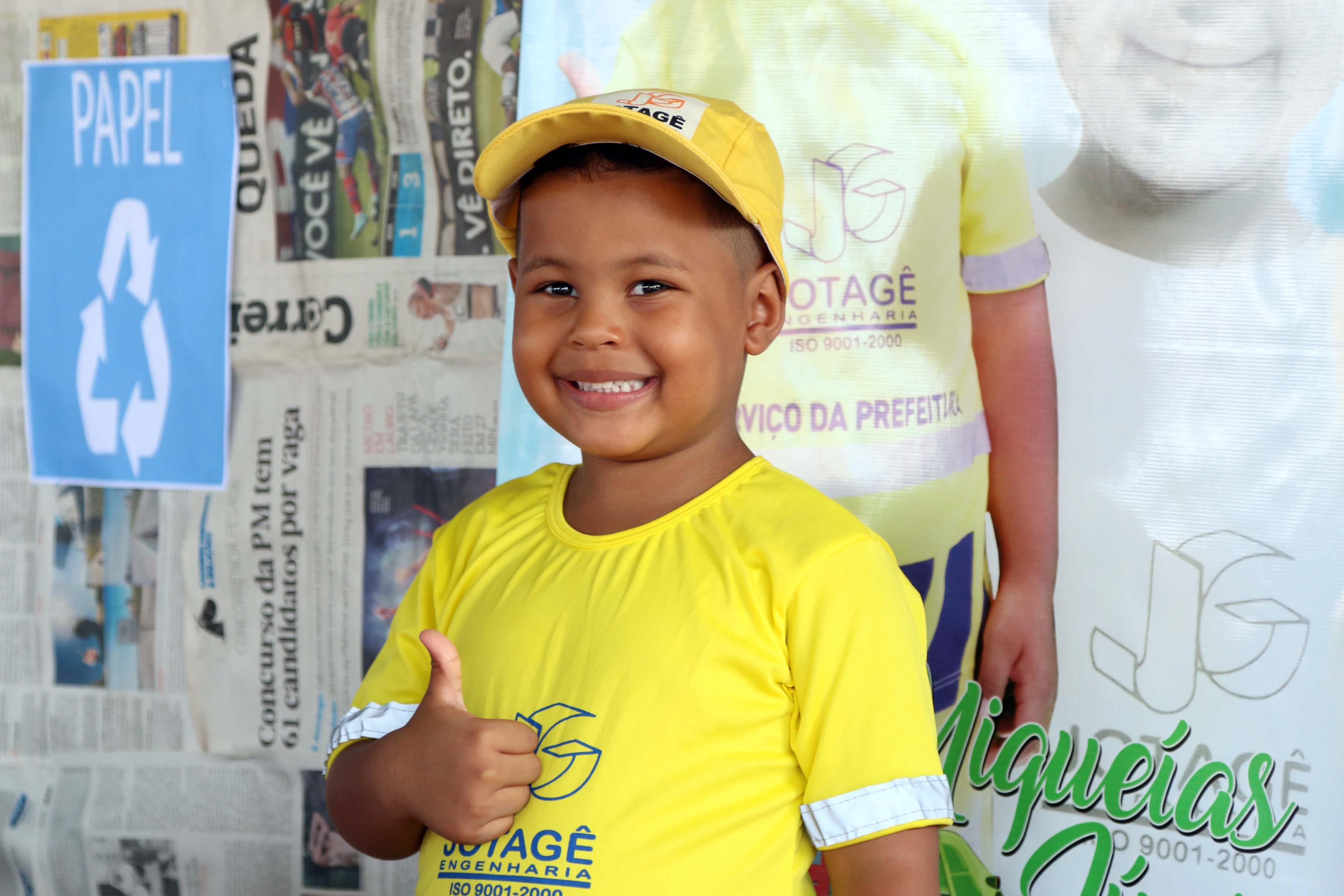 Garotinho de quatro anos ganha festa do caminhão de lixo 3