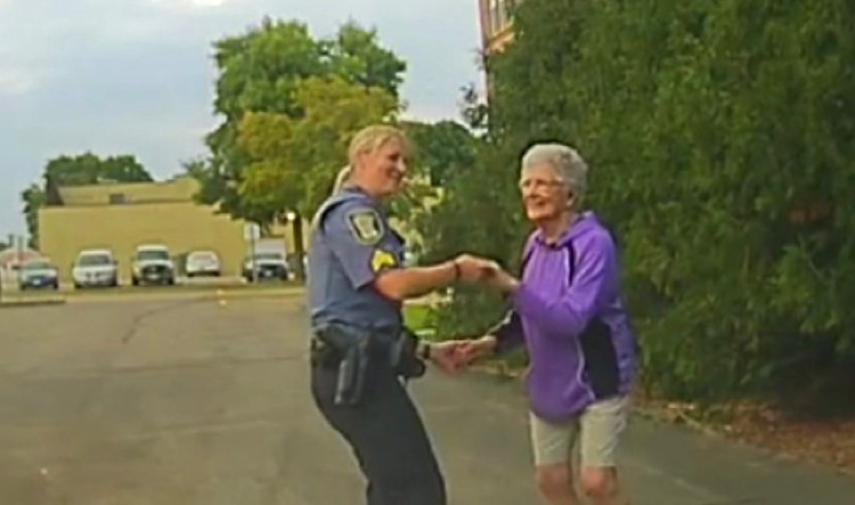 Policial estaciona carro de patrulha e se junta à senhora que dançava sozinha 1