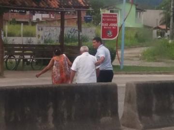 Motorista para o ônibus para ajudar casal de velhinhos a atravessar rodovia 12