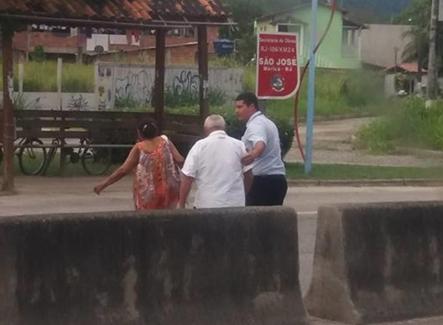 Motorista para o ônibus para ajudar casal de velhinhos a atravessar rodovia 1