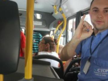 Cobrador de ônibus aprende Libras sozinho para se comunicar com passageiros surdos 2