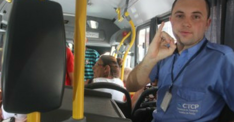 Cobrador de ônibus aprende Libras sozinho para se comunicar com passageiros surdos 1