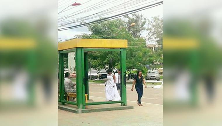 Após foto em parada de ônibus viralizar, casal ganha presentes e até festa de casamento 1