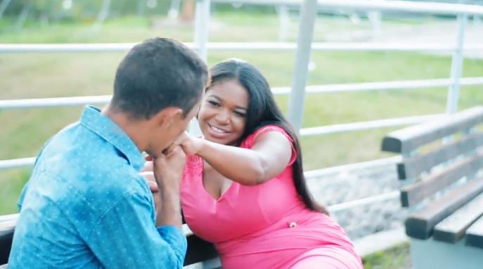 Após foto em parada de ônibus viralizar, casal ganha presentes e até festa de casamento 3
