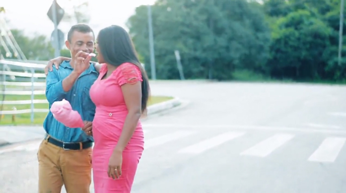 Após foto em parada de ônibus viralizar, casal ganha presentes e até festa de casamento 4