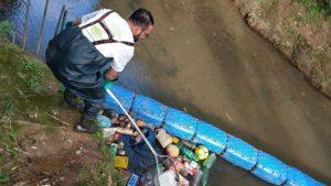 Ele criou uma ecobarreira flutuante que já retirou mais de 3 toneladas de lixo de rio no Paraná 1