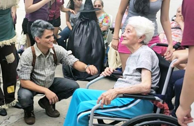 A iniciativa que troca lacres de latinhas por cadeiras de rodas para doar a idosos que precisam 3