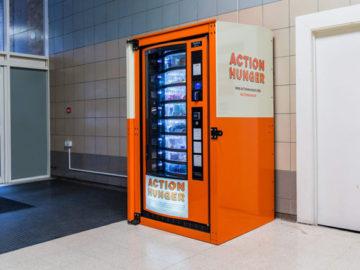 Máquina de venda automática distribui gratuitamente alimentos para desabrigados 2