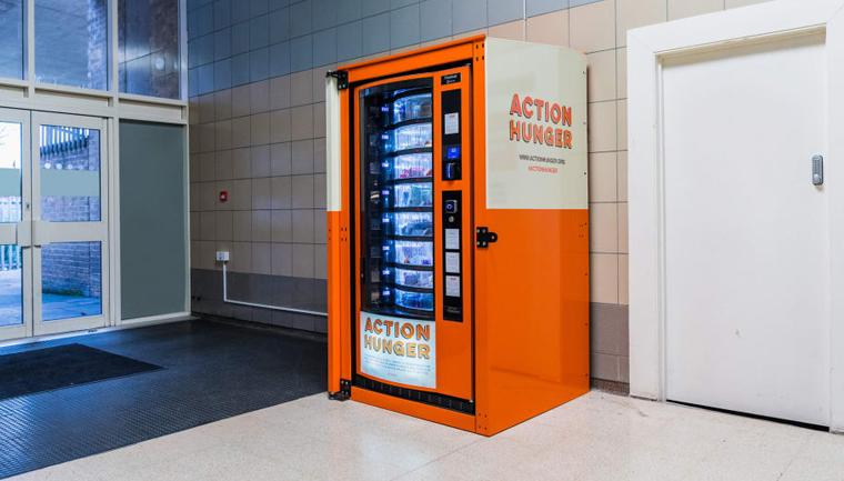 Máquina de venda automática distribui gratuitamente alimentos para desabrigados 1