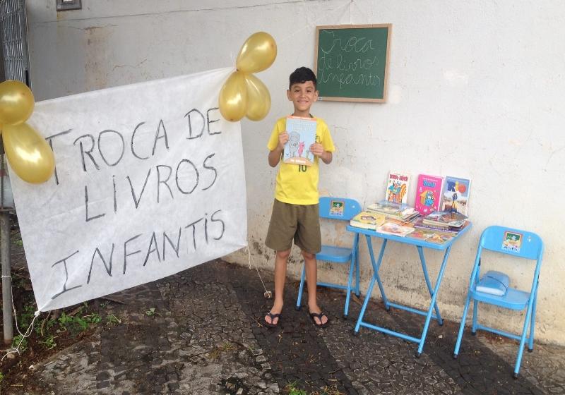 Menino de 8 anos gosta tanto de ler que organizou uma feira de livros em sua casa 3