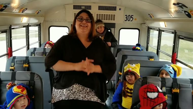 Motorista de ônibus escolar faz toucas e cachecóis para seus pequenos passageiros 6