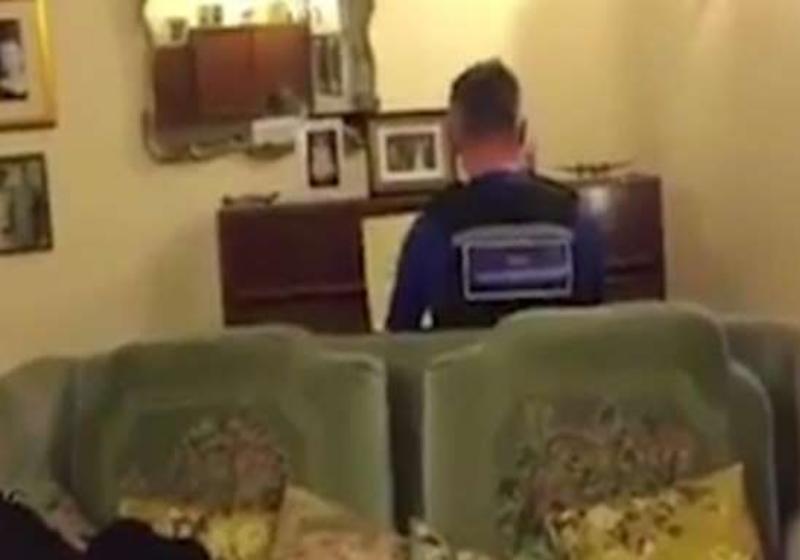 Policial toca piano para acalmar idoso que havia sido roubado 3