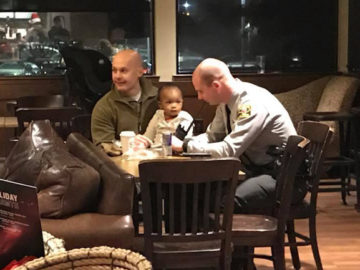 Policiais cuidam de filha de funcionária do Starbucks durante o seu trabalho 1