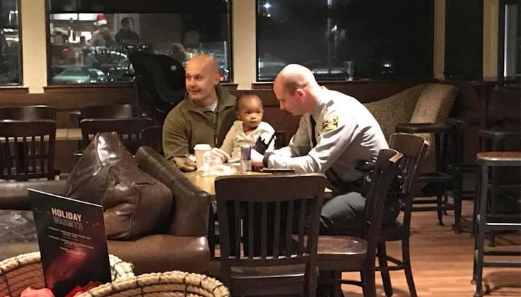Policiais cuidam de filha de funcionária do Starbucks durante o seu trabalho 4