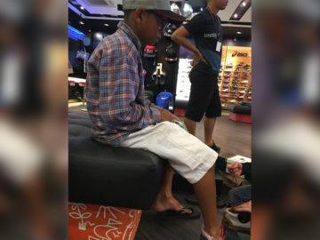 Menino que vende barras de chocolate para ajudar a mãe ganha tênis de funcionários de loja 2