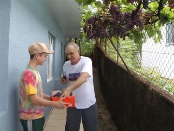 Morador planta videira de 'enfeite' e hoje fornece uva pra toda a vizinhança 1