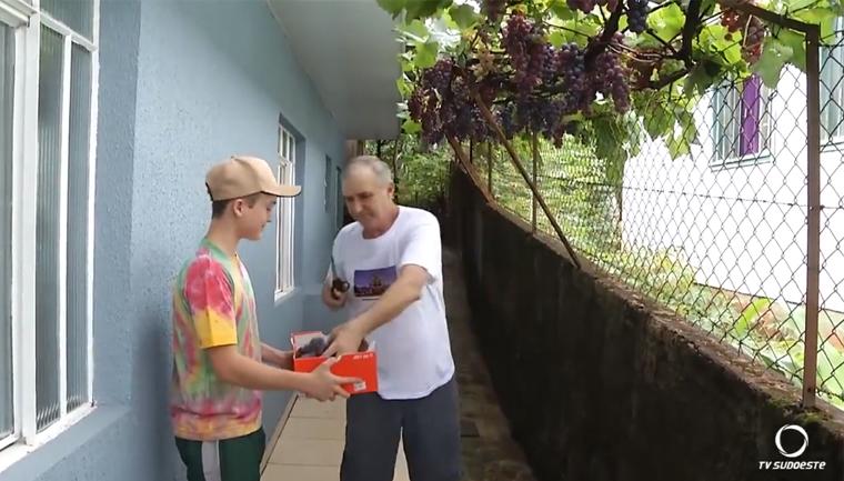 Morador planta videira de 'enfeite' e hoje fornece uva pra toda a vizinhança 2