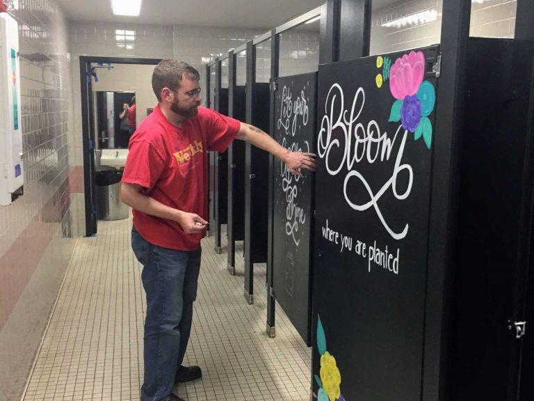 Nos EUA, pais pintam mensagens motivacionais pelo colégio para inspirar jovens depois de ataque na Flórida 1