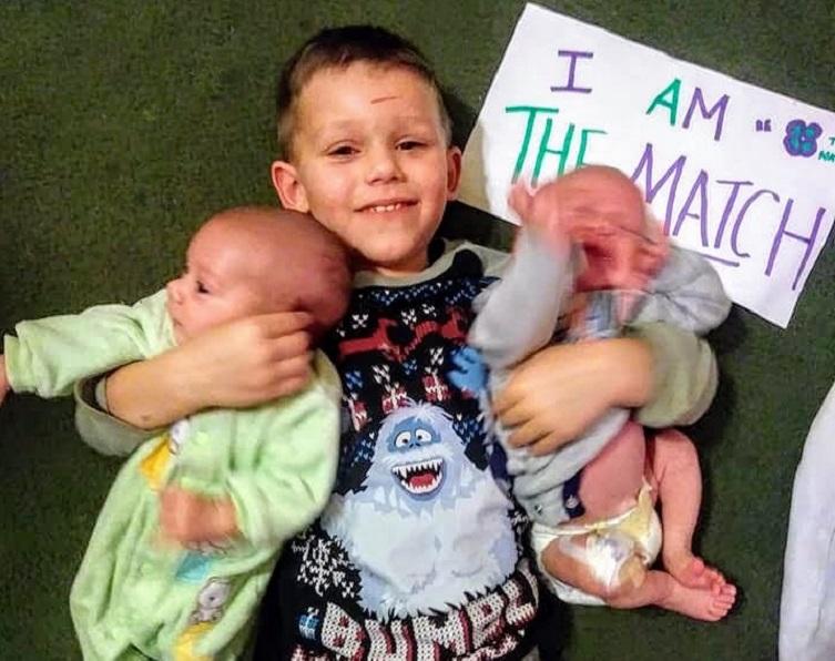 Nos EUA, garotinho de 4 anos faz questão de doar medula óssea para irmãos gêmeos bebês 1