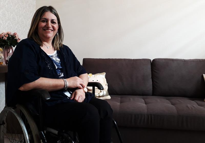 De cadeira de rodas ela criou 3 filhos, se formou e hoje trabalha 3