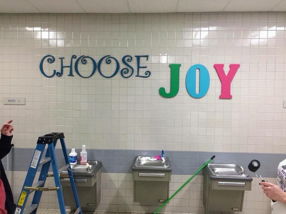 Nos EUA, pais pintam mensagens motivacionais pelo colégio para inspirar jovens depois de ataque na Flórida 9