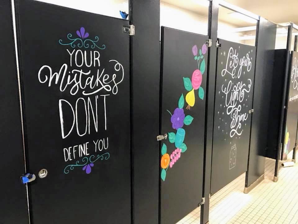 Nos EUA, pais pintam mensagens motivacionais pelo colégio para inspirar jovens depois de ataque na Flórida 2