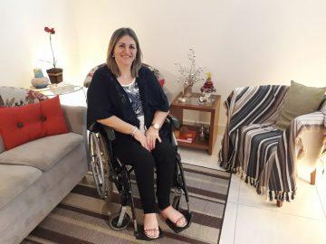 De cadeira de rodas ela criou 3 filhos, se formou e hoje trabalha 4