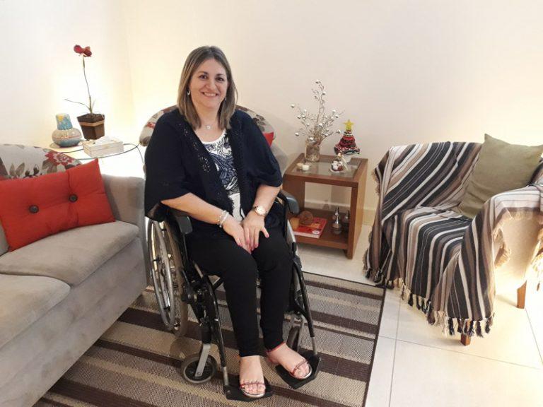 De cadeira de rodas ela criou 3 filhos, se formou e hoje trabalha 1