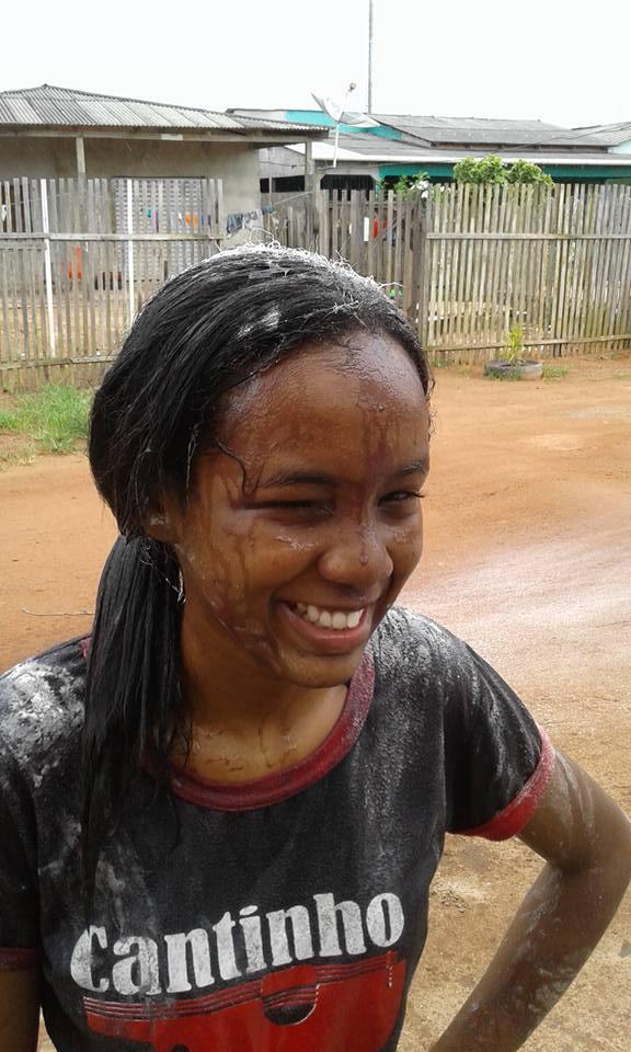 Em vez de 'ovada', jovem ganha banho de açaí para comemorar que passou no vestibular no Amapá 1