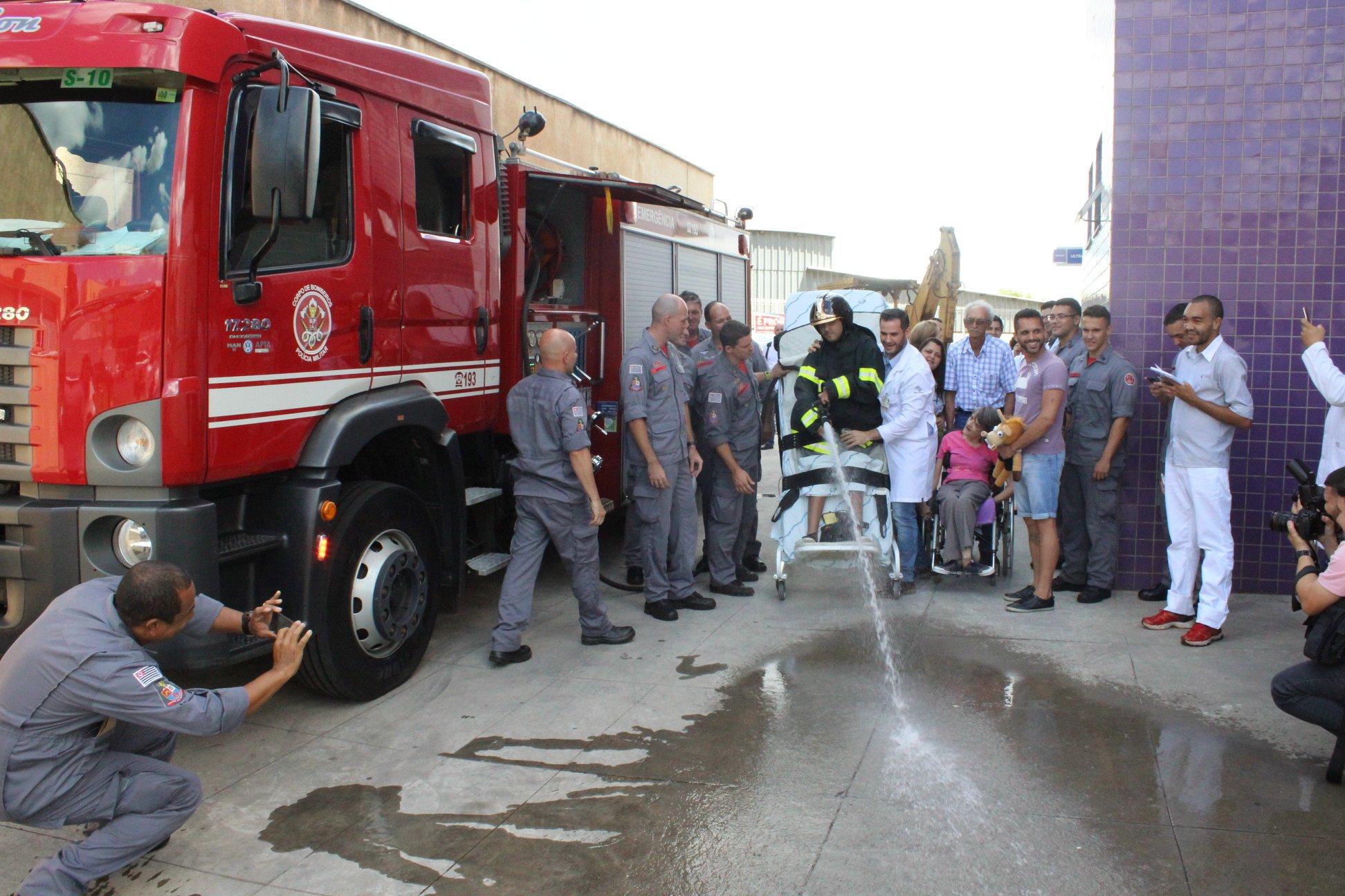 Jovem com tetraparesia que sonha em ser bombeiro tem sonho realizado graças à equipe médica 1