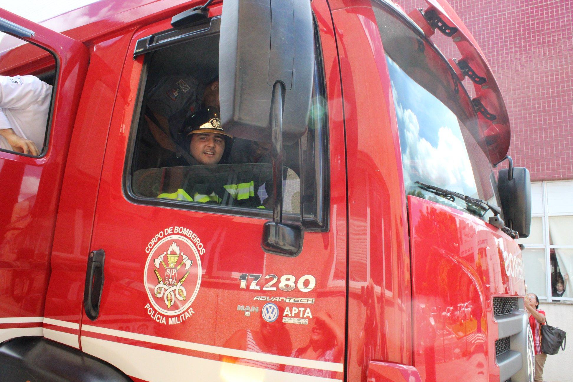 Jovem com tetraparesia que sonha em ser bombeiro tem sonho realizado graças à equipe médica 2