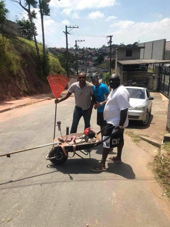 Cansados de esperar, moradores de Cotia fazem mutirão de limpeza em calçada de escola 7