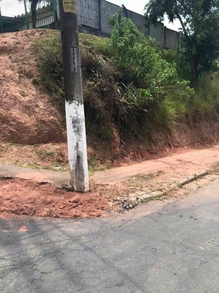 Cansados de esperar, moradores de Cotia fazem mutirão de limpeza em calçada de escola 10