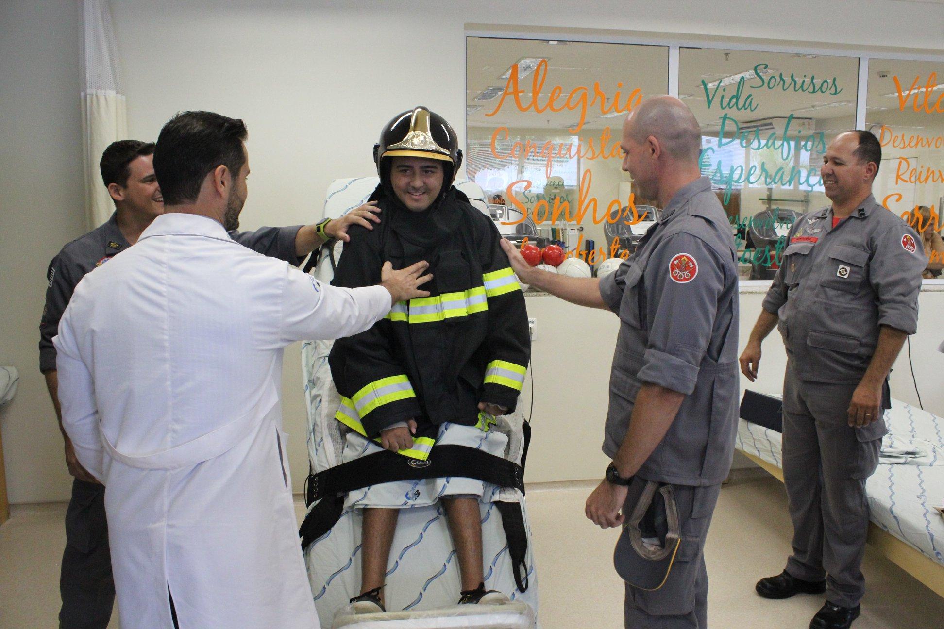 Jovem com tetraparesia que sonha em ser bombeiro tem sonho realizado graças à equipe médica 4