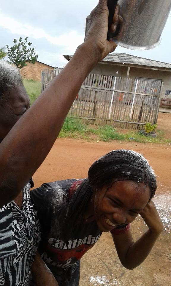 Em vez de 'ovada', jovem ganha banho de açaí para comemorar que passou no vestibular no Amapá 2