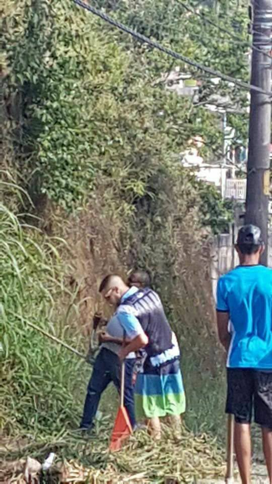 Cansados de esperar, moradores de Cotia fazem mutirão de limpeza em calçada de escola 3